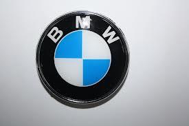 эмблему BMW на капоте