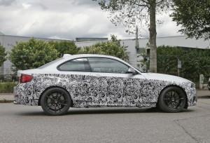 BMW M2 в камуфляже сбоку