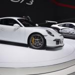Видео, гонка новых BMW M4 GTS против Porsche 911 GT3
