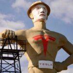 Гигантской статуе нарисовали лицо Илона Маска и логотип Tesla на груди